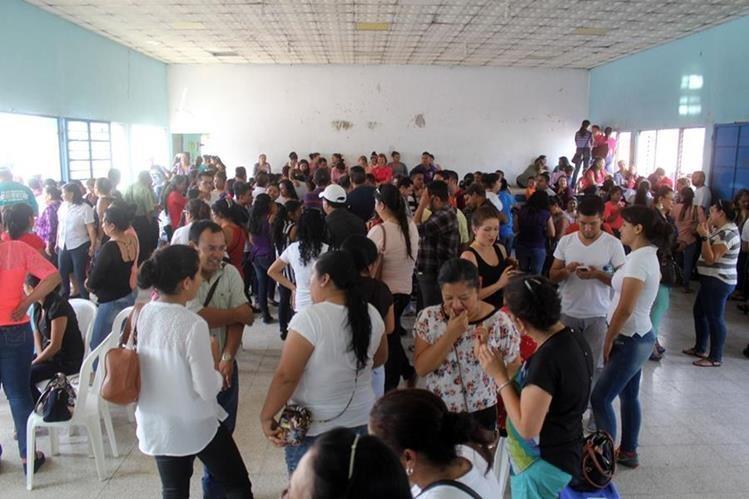 Docentes permanecen reunidos en una escuela de la cabecera de Jalapa. (Foto Prensa Libre: Hugo Oliva).