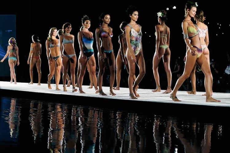 Modelos lucen parte de la colección Primavera- Verano de Mohini Swin. (Foto Prensa Libre Agencia AP).