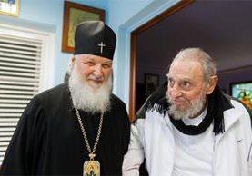 El líder cubano Fidel Castro -derecha- se reúne con el patriarca Kirill. (Foto Prensa Libre: EFE)
