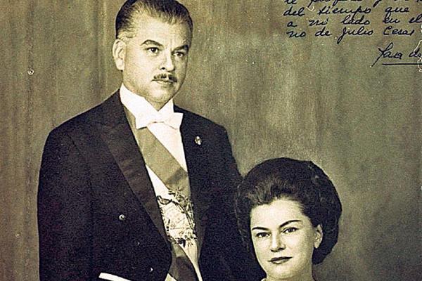 <p>Sara de la Hoz de Méndez, junto a su esposo, Julio César Méndez Montenegro, presidente de Guatemala 1966-1970.</p>