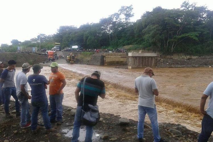 Crecida de río impiden paso de vehículos hacia El Estor, Izabal. (Foto Prensa Libre: Edwin Perdomo).
