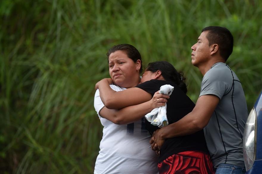 Escenas como esta se han vuelto frecuentes en El Salvador. (Foto Prensa Libre: AFP).