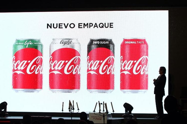 El responsable de mercadeo de Coca Cola México, Marcos de Quinto habla durante el lanzamiento de la nueva marca. (Foto Prensa Libre:EFE)