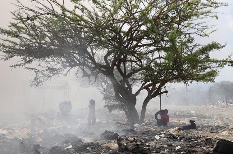 El incendio afectó a 66 familias que viven del reciclaje en el basurero municipal. (Foto Prensa Libre: Mario Morales)