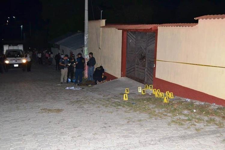 El conductor de un mototaxi murió baleado frente a su vivienda la noche del sábado último.(Foto Prensa Libre: Mario Morales)