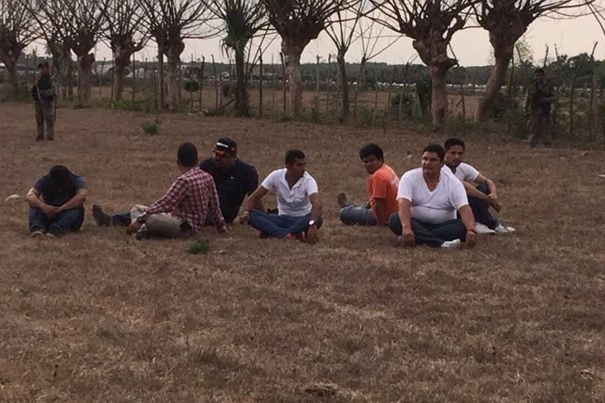 Siete personas detenidas por narcotráfico, entre ellas dos mexicanos. (Foto Prensa Libre: Ejército)