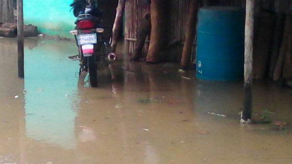 Una vivienda en Panzós, Alta Verapaz, es inundada por crecía del río Polochic. (Foto Prensa Libre: Conred)