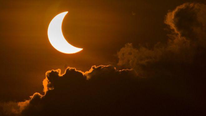 Hoy en día los eclipses totales de sol se pueden predecir con exactitud y esto permite que nos preparemos para observarlos. (GETTY IMAGES)