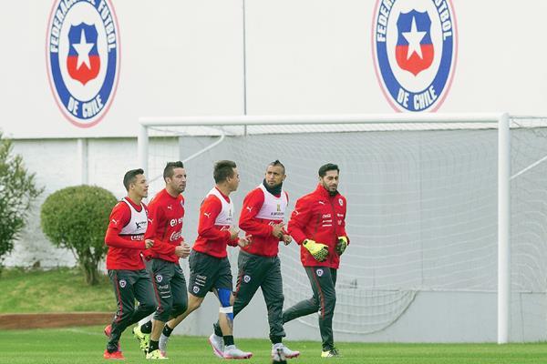 Los chilenos Eduardo Vargas, Arturo Vidal y Johnny Herreradurante el entrenamiento de la selección. (Foto Prensa Libre: AFP)
