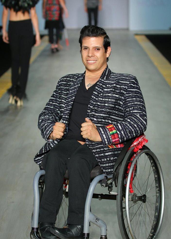 Modelo con discapacidad luce una creación de la diseñadora guatemalteca Isabella Springmühl durante su participación en el Intermoda de la ciudad de Guadalajara (México).