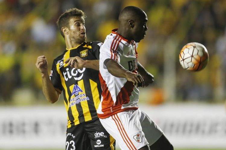 River Plate se llevó un empate 1-1 frente al The Strongest, en el partido disputado este martes en La Paz. (Foto Prensa Libre: AP).