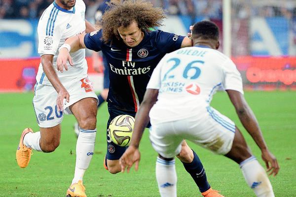 David Luiz (Centro)  no pudo terminar frente al Marsella. (Foto Prensa Libre: AFP)