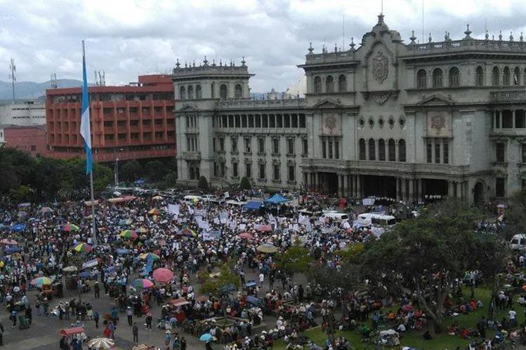 Manifestantes ocupan la Plaza Central, frente al Palacio Nacional de la Cultura. (Foto Prensa Libre: Estuardo Paredes)