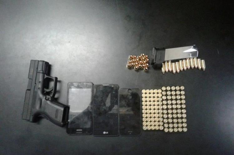 Arma y municiones incautadas a un sujeto en estado de ebriedad, en la zona 6 de Mixco. (Foto Prensa Libre: PNC)
