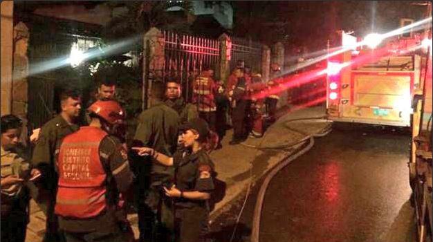 Socorristas vigilan el área donde ocurrió el siniestro en Caracas, Venezuela. (Foto: @VZLAGUERREA).