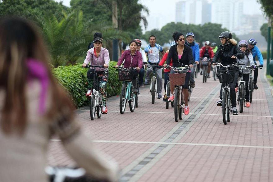 Distritos céntricos de Perú han acelerado el uso de la bicicleta como alternativa al intenso tránsito vehicular. (Foto Prensa Libre: EFE)