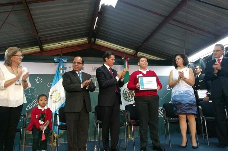 La pequeña estudiante se mostraba tranquila pero a la vez confusa de lo ocurría durante la visita de Peña Nieto.