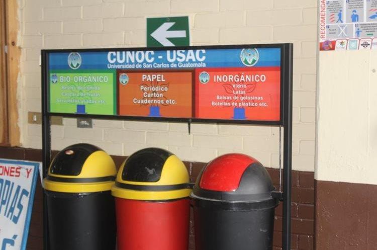 Las estaciones recicladoras se hallan en lugares estratégicos del centro universitario. (Foto Prensa Libre: Fred Rivera)