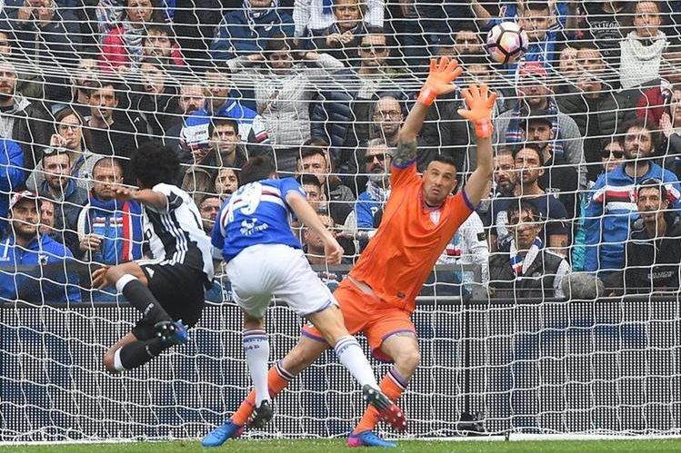 Juan Cuadrado dispara directo a portería ante la impotencia del portero de la Sampdoria Christian Puggioni. (Foto Prensa Libre: EFE)