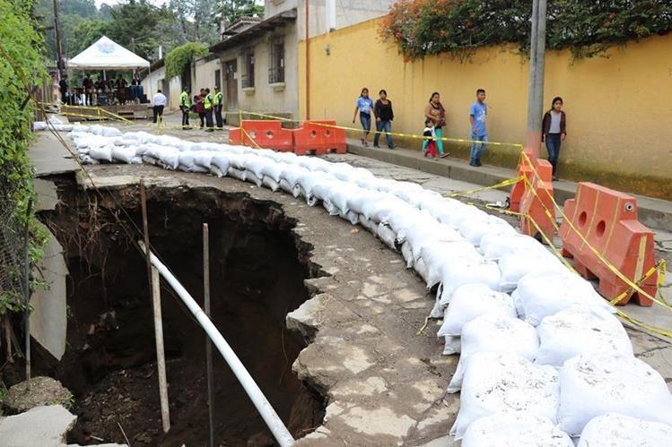 El socavamiento se agrandó con la lluvia.(Foto Prensa Libre: Julio Sicán)