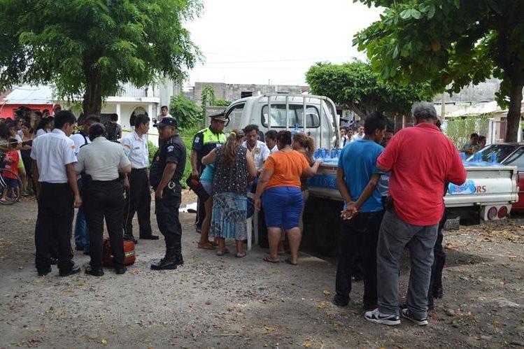Agentes policiales acordonan el área donde ocurrió el percance, en la zona 6 de la cabecera de Retalhuleu. (Foto Prensa Libre: Jorge Tizol)