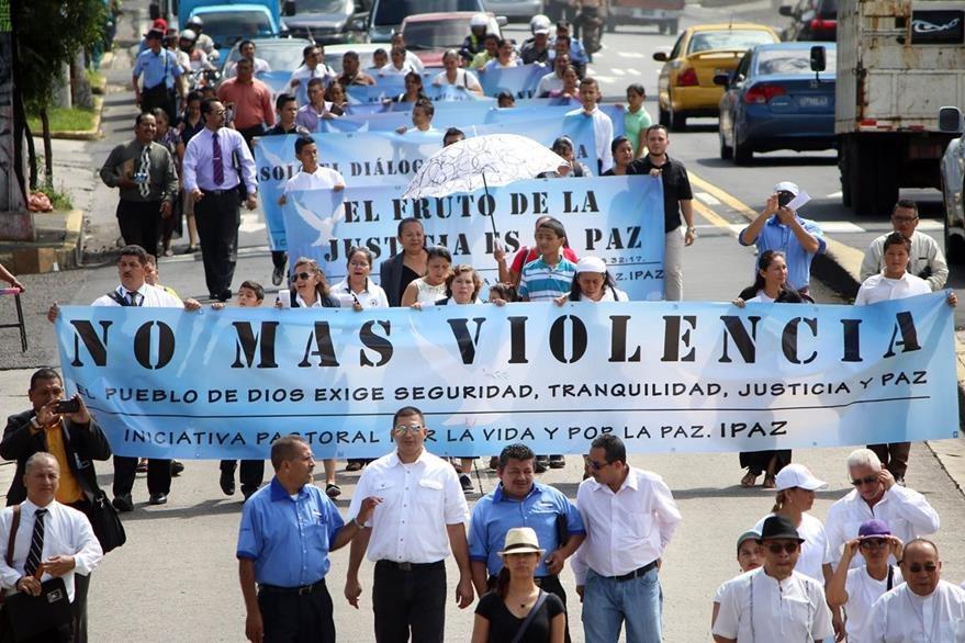 Esta semana, miembros de la Iniciativa Pastoral por la Vida y por la Paz, marcharon en San Salvador para pedir el fin de la violencia. (Foto Prensa Libre: EFE).