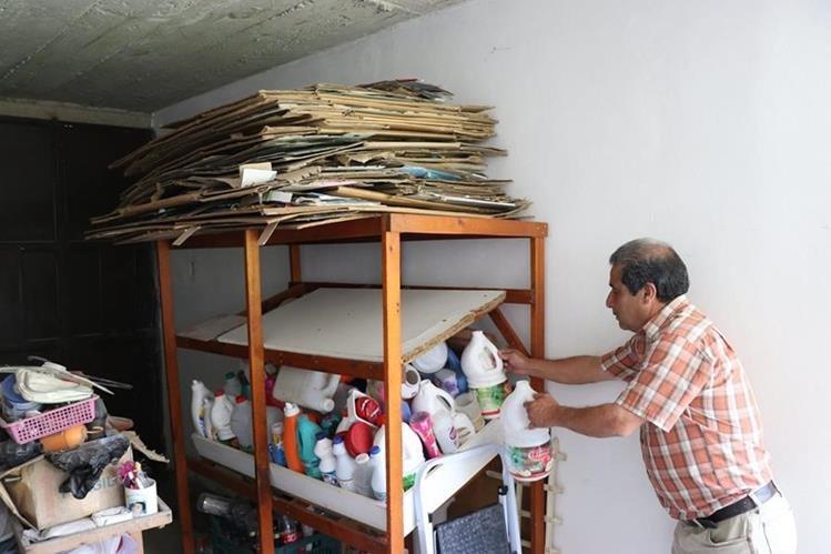 Vecinos separan el cartón y los plásticos para colaborar en la conservación del medio ambiente.(Prensa Libre: María José Longo.)