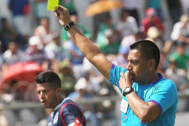 Walter López será el árbitro central en el encuentro de Cobán Imperial y Municipal. (Foto Prensa Libre: Hemeroteca PL)