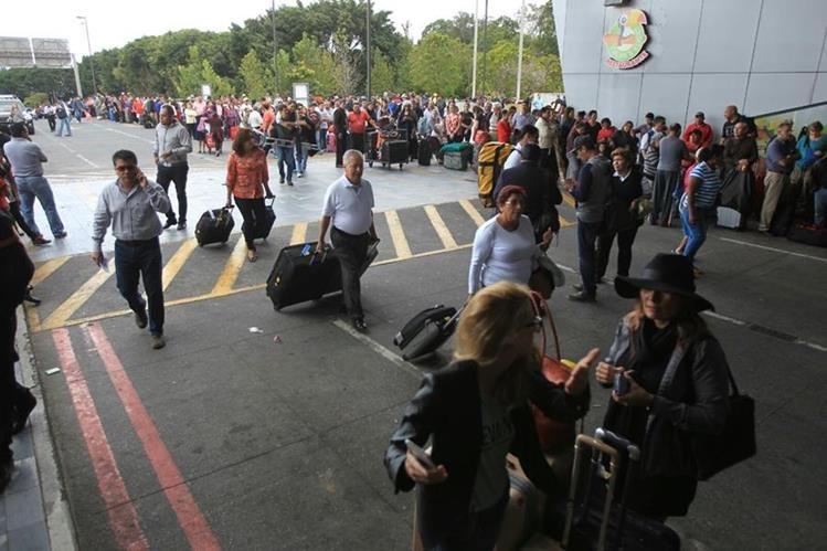 Trabajadores del Aeropuerto Internacional La Aurora cierran el paso en los parqueos principales. (Foto Prensa Libre: Usuario de Twitter @marvinjosue)