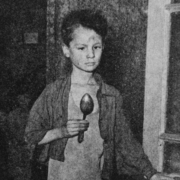 Un niño holandés en plena hambruna, en 1944. HULTON ARCHIVE