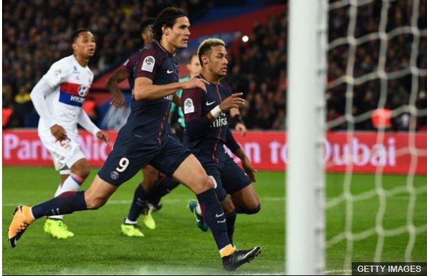 Neymar trató de anticiparse a Cavani para aprovechar un posible rechace de la pelota, pero ninguno de los dos pudieron hacerlo.