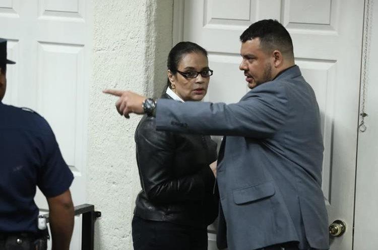 Roxana Baldettí tuvo que regresar a su lugar debido a que aún se leía la parte resolutoria.