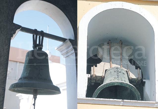 En las campanas de las iglesias Nuestra Señora del Carmen -izquierda- y San Sebastián -derecha- puede observarse una inscripción y decorado en la parte frontal de los instrumentos, algo que las caracteriza. (Foto: Hemeroteca PL)