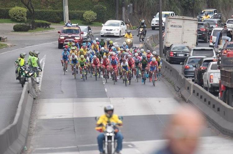 Impresionante el paso del pelotón de ciclistas.
