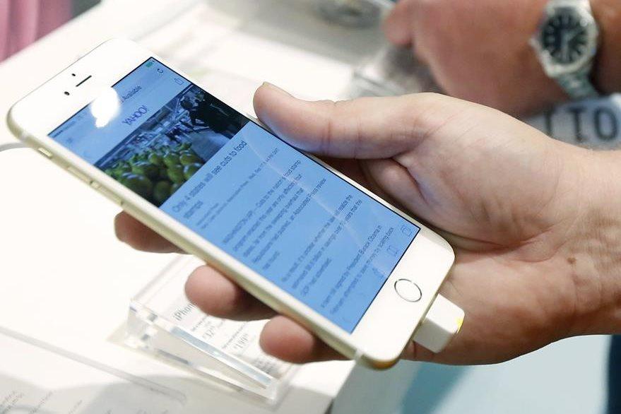 La tecnología de los teléfonos móviles es aprovechada por las autoridades para difundir mensajes relacionados con la seguridad nacional. (Foto Prensa Libre: AP).