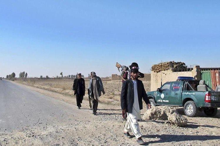 Accidente ocurrió en el distrito de Hazrat Sultán de la provincia de Samangan, en la autopista Kabul-Mazar-e-Sharif.(Foto Prensa Libre: EFE).