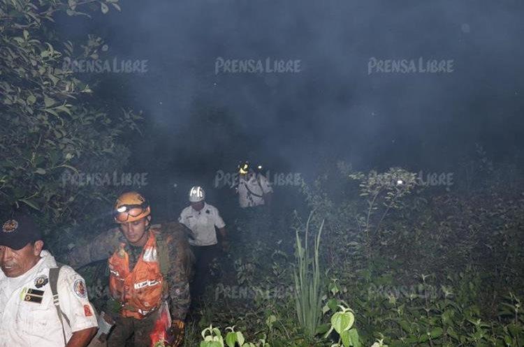 Rescate del cuerpo del instructor Frener Hernández. (Foto Prensa Libre: Renato Melgar)