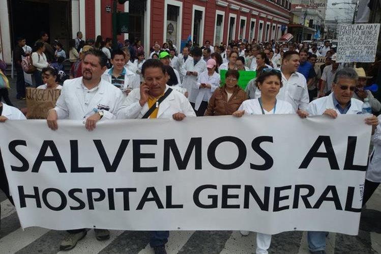 Médicos y estudiantes realizaron una manifestación el pasado lunes, como una acción a favor del abastecimiento hospitalario. (Foto Prensa Libre: Hemeroteca PL)