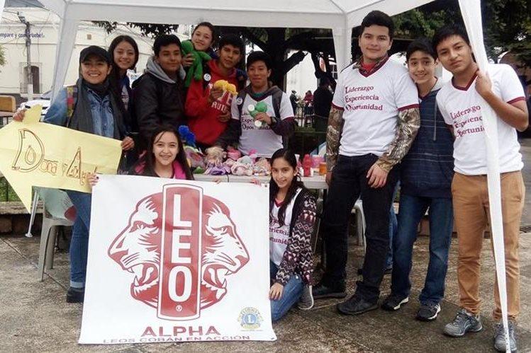 Jóvenes que integran el Club Leo Alfa de Cobán muestran parte de lo que han logrado reunir para niños de Santa Cruz Verapaz. (Foto Prensa Libre: Eduardo Sam)