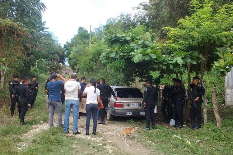 Autoridades registran los vehículos en los que se movilizaban los aprehendidos. (Foto Prensa Libre: Rigoberto Escobar)