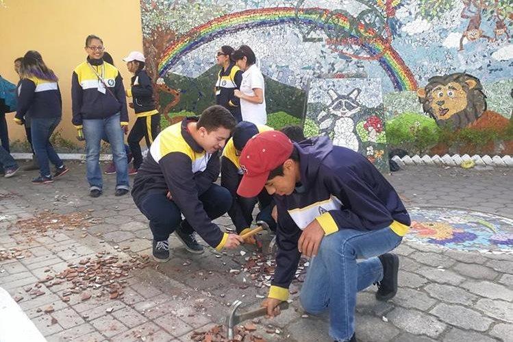 Estudiante del colegio Bilingüe Pascal ayudan a restaurar la Plaza Costa Rica, la cual fue dañada por vándalos en marzo de este año. (Foto Prensa Libre: Fred Rivera)<br />