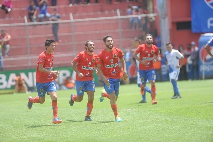 Guerra se sacudió la mala racha goleadora y dio los tres puntos a los rojos. (Foto Prensa Libre: Edwin Fajardo)