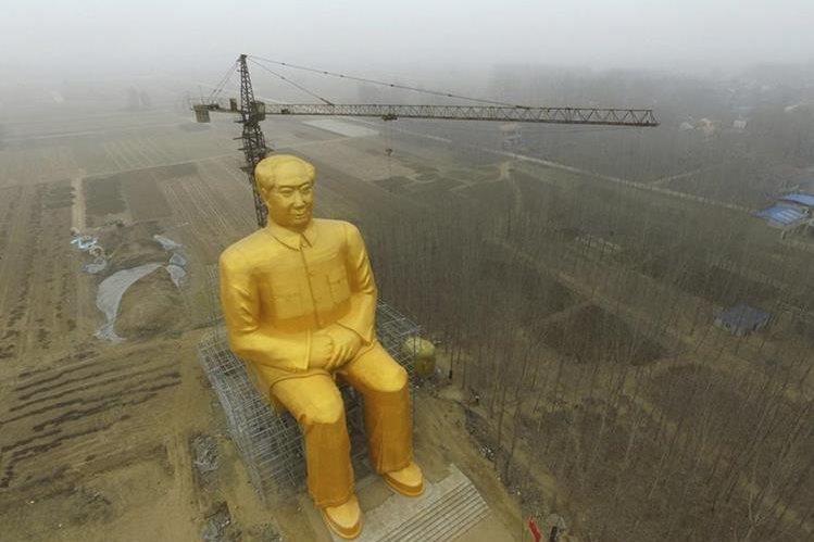 Así lucía la estatua gigante de Mao Zedong hasta hace unos días. (Foto Prensa Libre: AP).
