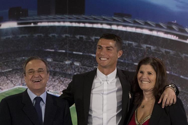 Cristiano Ronaldo, (centro), posa con su madre Maria Dolores dos Santos Aveiro, (derecha) y con el presidente del Madrid Florentino Perez. (Foto Prensa Libre: AP)