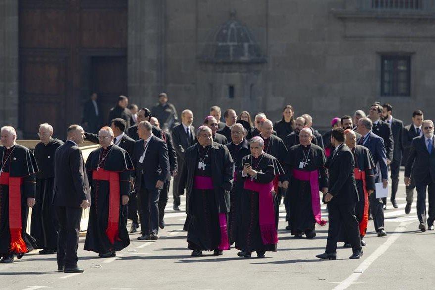 Un grupo de obispos se dispone a ingresar a la Catedral mexicana a escuchar el discurso del jerarca católico. (Foto Prensa Libre: AP).