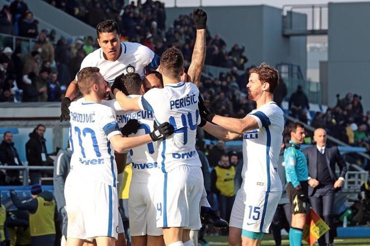 Candreva celebra con sus compañeros el gol que le dio el triunfo al Inter. (Foto Prensa Libre: AP)