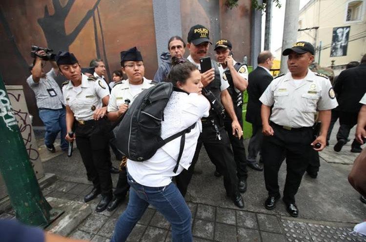 Los inconformes forcejearon con las fuerzas de seguridad que resguardaban el acceso al parqueo del Legislativo por la 8va. Avenida, zona 1.