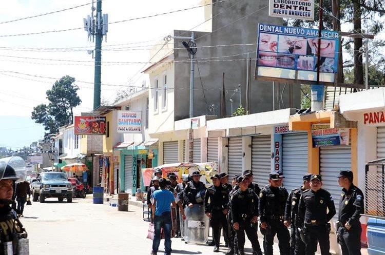 Recientemente las autoridades efectuaron una inspección en los locales comerciales  construido a un costado del Zoológico Minerva de Xela. (Foto Prensa Libre: Carlos Ventura)