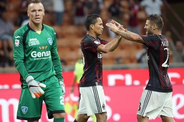 Carlos Bacca celebra con Antonio Nacerino, un gol del AC Milan. (Foto Prensa Libre: EFE).