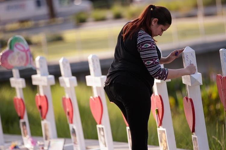 Una mujer observa en un área en honor de las víctimas de la masacre en Orlando, Florida. (Foto Prensa Libre: AFP).
